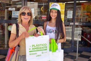 El 2019 comienza sin bolsas de plástico contaminantes en los supermercados