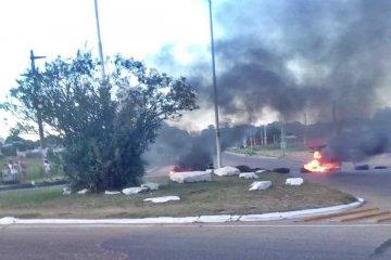 Vecinos protestaron por falta de agua quemando neumáticos