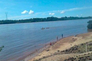 Se dio vuelta una embarcación y debieron rescatar a una familia del medio del río