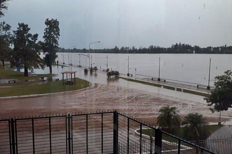 La postal de una Costanera parcialmente inundada.