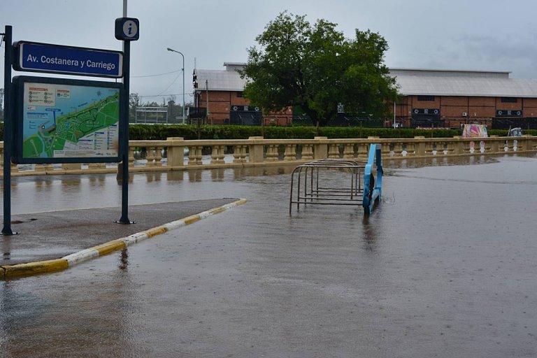 El agua en la esquina de Carriego, durante la mañana de este martes