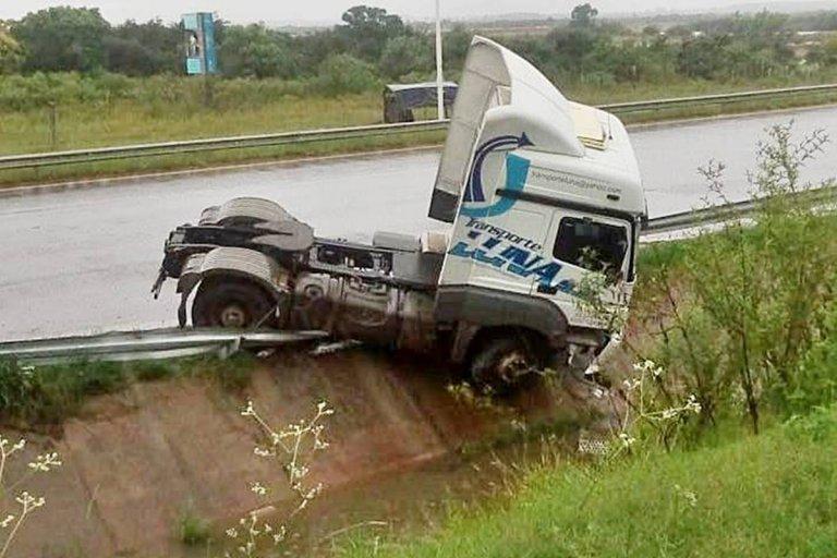 Sin lesionados: un camión despistó en el km 344 de la autovía Artigas