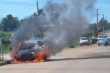 Venía circulando y se le prendió fuego el auto