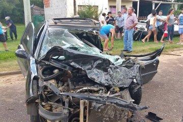 Un funcionario municipal protagonizó un grave accidente al chocar contra un colectivo