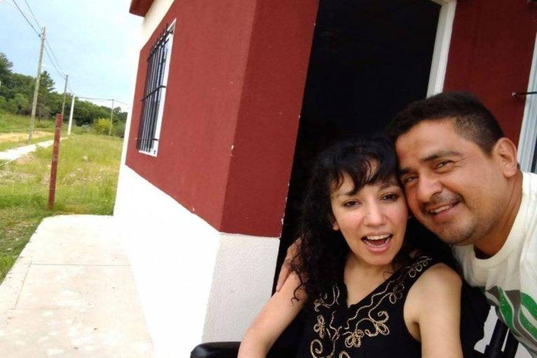 Cynthia feliz junto a su marido en su casa propia