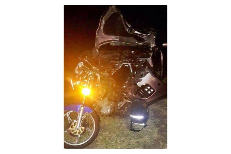 La moto quedó incrustada en la camioneta del médicoi