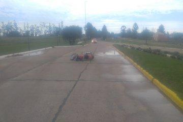 Un motociclista fue hospitalizado tras derrapar en el pavimento mojado