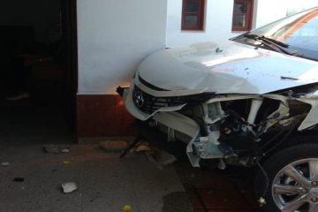 Un auto se incrustó en una casa tras impactar a otro