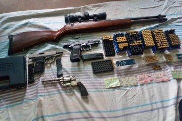 Andaba a los tiros, le allanaron la casa y encontraron un arsenal