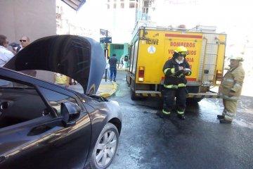 Revuelo en pleno centro por un auto con principio de incendio
