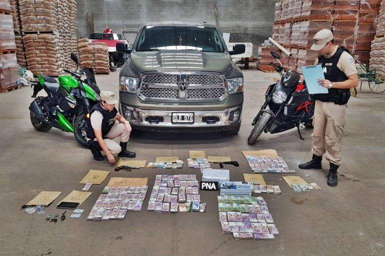 Se secuestró dinero, cheques, autos, camionetas, motos y hasta armas.