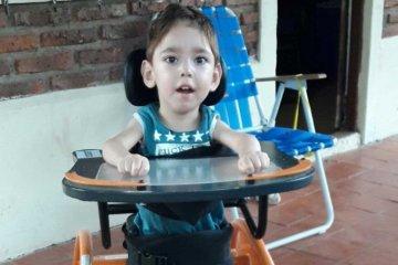 Un niño de 4 años tiene que encarar una costosa rehabilitación y su familia pide ayuda