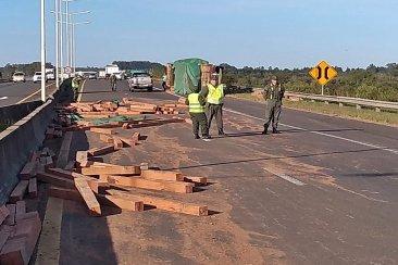 Un camión esparció vigas de madera en uno de los ingresos a Concordia