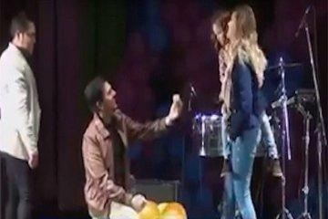 Le propuso matrimonio ante doce mil personas en el medio de un show