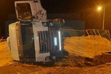 Un camión cargado de arroz volcó en la autovía de la Ruta Nacional 14