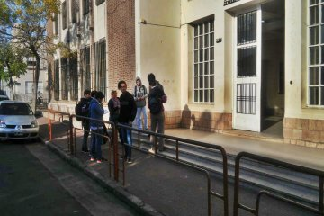 Los alumnos de la Escuela Técnica N°1 proyectan la rampa de ingreso al edificio