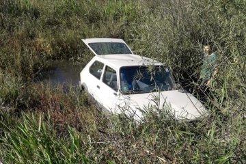 Perdió el control de su automóvil y terminó volcando