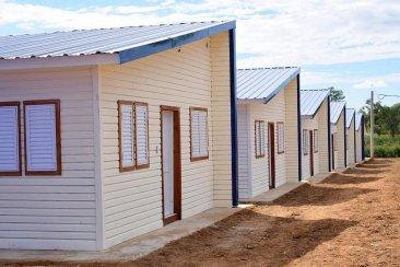 Se entregaron las primeras viviendas de madera construidas para ex inundados