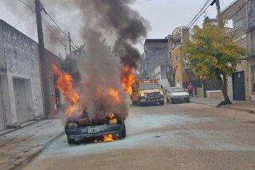 VIDEO: Un auto fue consumido totalmente por las llamas
