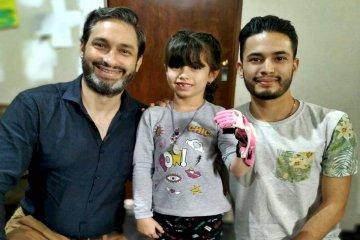 Una niña rosarina lleva una mano ortopédica hecha en Concordia