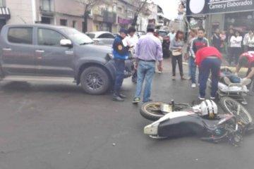 Fuerte choque entre una moto y una camioneta en una esquina céntrica
