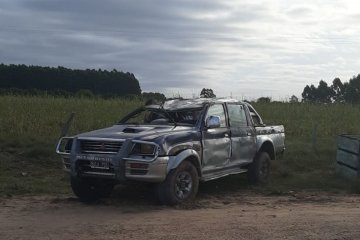 Una camioneta perdió el control y terminó volcando