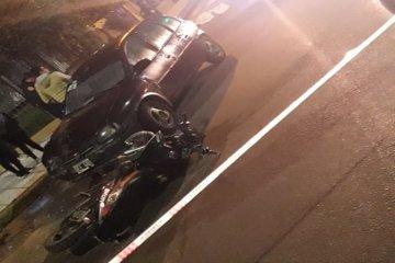 Un motociclista perdió la vida tras protagonizar un fuerte impacto contra un automóvil