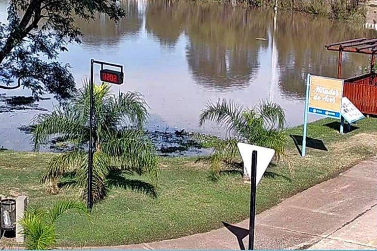 El agua avanza sobre el sector de la baja Costanera.