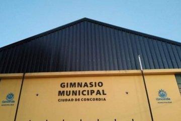 Reinauguran el Gimnasio Municipal con un partido de voley histórico