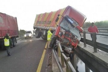 Se durmió al volante y el camión quedó colgado sobre un puente de la ruta 14