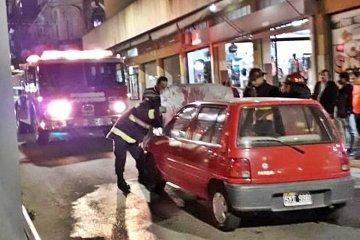 Zozobra en pleno centro concordiense por el incendio en un auto importado