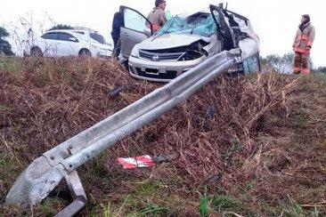 Un hombre con graves heridas en sus piernas al quedar incrustado con su auto en el guardrail