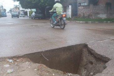 Cedió el asfalto y formó un peligroso pozo en una esquina de Concordia