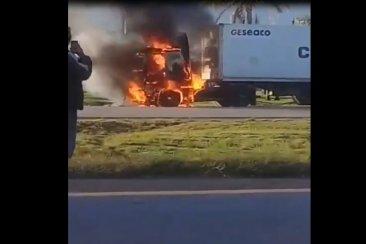 VIDEO: Un camión se prendió fuego en plena ruta 14