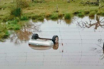 Perdió el control del auto y terminó sumergido en el agua