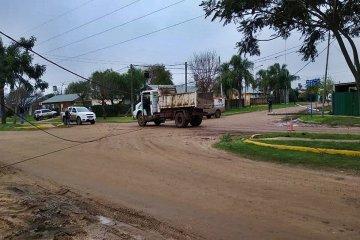 Un camión municipal enganchó los cables e hizo un desastre