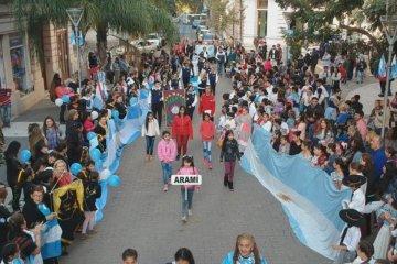 Un desfile cultural y espectáculos artísticos fueron el atractivo en la tarde del 25 de mayo