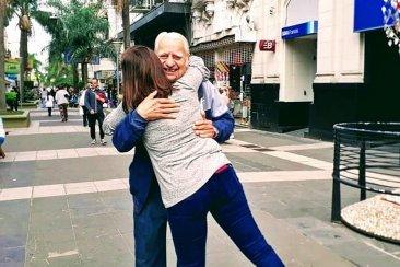 En plena Peatonal se pusieron a regalar abrazos