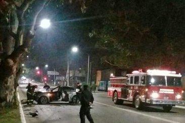 Dos autos chocaron y uno terminó contra un árbol