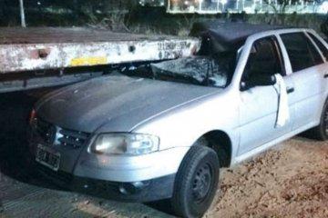 Una mujer se quedó dormida al volante y su auto terminó debajo de un acoplado