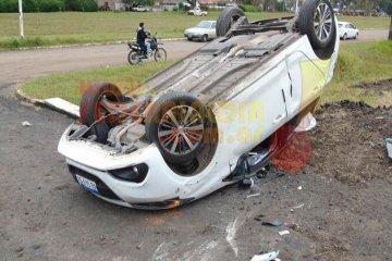 Un descuido hizo que perdiera el control de su auto y termine volcando