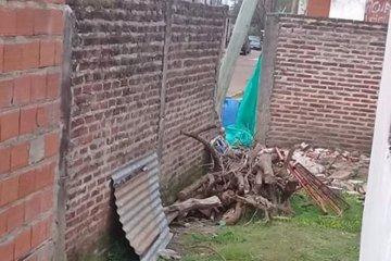 Jóvenes conductoras rompieron un muro, varios autos y se dieron a la fuga