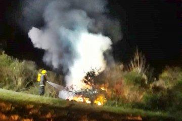 Despistó y pudo salir justo antes que su auto se incendie