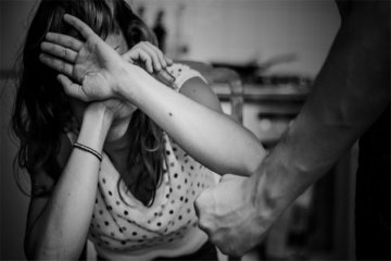 Un hombre fue detenido cuando agredía a su pareja en plena vía pública