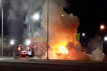 Un auto fue consumido en su totalidad por las llamas