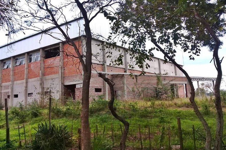 La obra debía inaugurarse en 2014 y hoy está completamente abandonada.