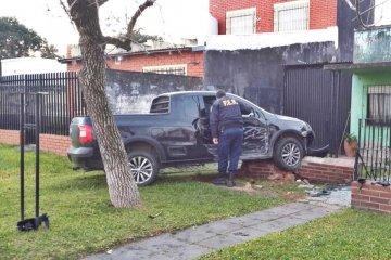 Con fuerte aliento a alcohol chocó su camioneta contra un muro y terminó en el hospital