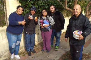 Los Payasolidarios recorrieron la ciudad llevando el desayuno