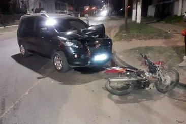 Otro choque entre auto y moto con una joven embarazada como principal damnificada