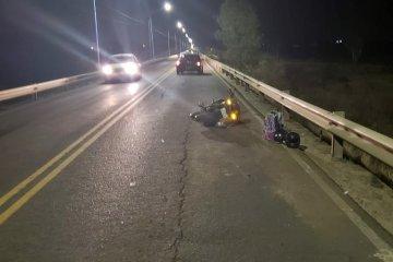 Una motociclista terminó con lesiones graves al chocar en el puente Alvear